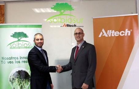 Pedro Navarro, director comercial de Solbiosur, se encuentra junto a Jomi Bernad Blanch, director regional ibérico de Alltech, en la firma de la adquisición.