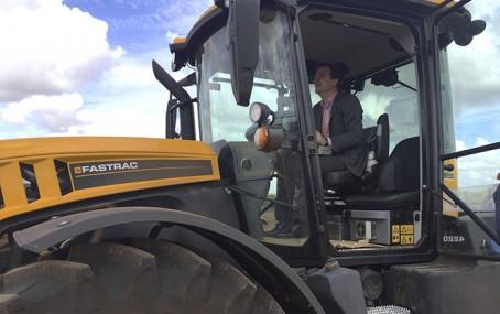 El Consejero de Agricultura de CLM a los mandos de un Fastrac