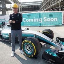 Valtteri Bottas visita las instalaciones de Petronas