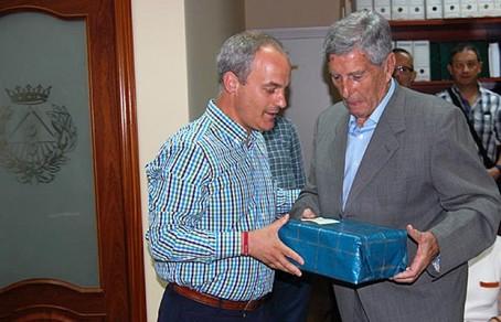 David Galán, delegado del COITAC en Guadalajara, entrega a Antonio Zahonero, presidente de APAG, un detalle para homenajear la labor de la asociación.
