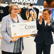 La Fundación BTP PLUS recibe de Doosan la donación de un cheque de 10.000 euros