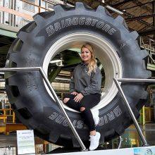 Lydia Valentin visita la fábrica de Bridgestone en Cantabria