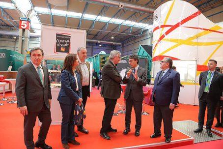 Las autoridades visitando el stand del Gobierno de Aragón en FIGAN.