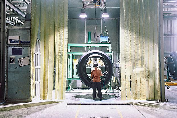 Fabricación de neumátcos CEAT, que celebra su 95 aniversario