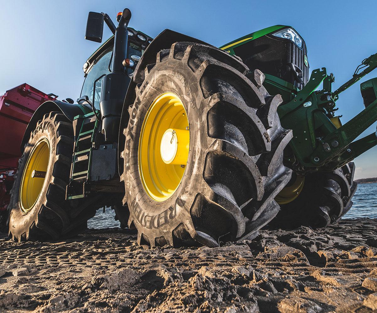 John Deere montará de serie Vredestein en la serie 6R y 6M