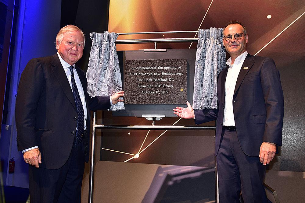 Lord Bamford descubre la placa conmemorativa de la inauguración de las nuevas instalaciones de JCB en Alemania
