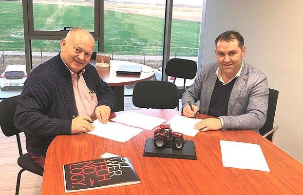 Andrés Moradas y Antonio Lozano en la firma del acuerdo.